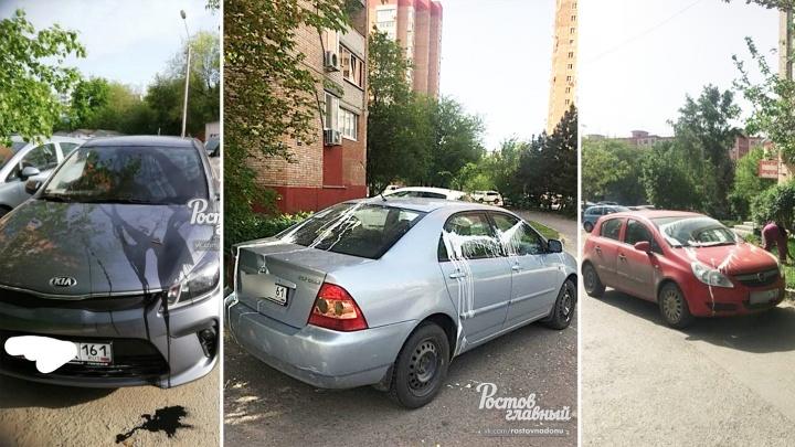 В Ростове на парковке хулиган залил краской машины