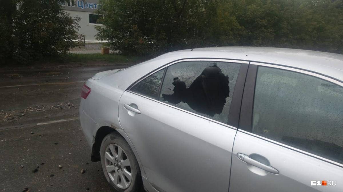 Владельцам машин, поврежденных горячим фонтаном на Эльмаше, возместят ущерб
