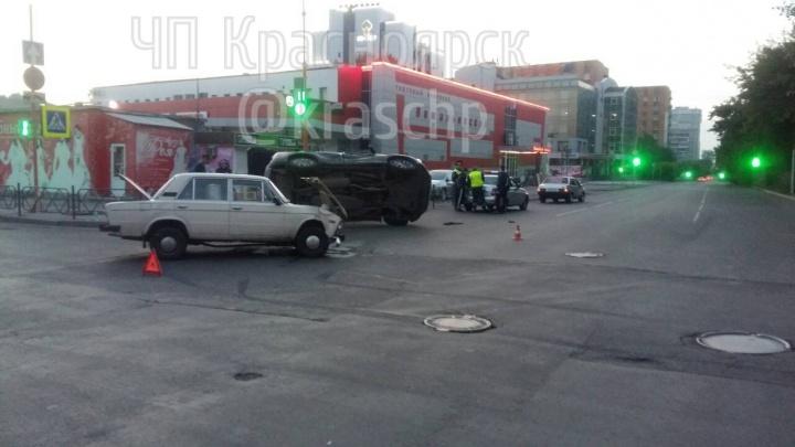 Водитель «Жигулей» разогнался в центре города, столкнулся с RAV-4 и опрокинул его на бок
