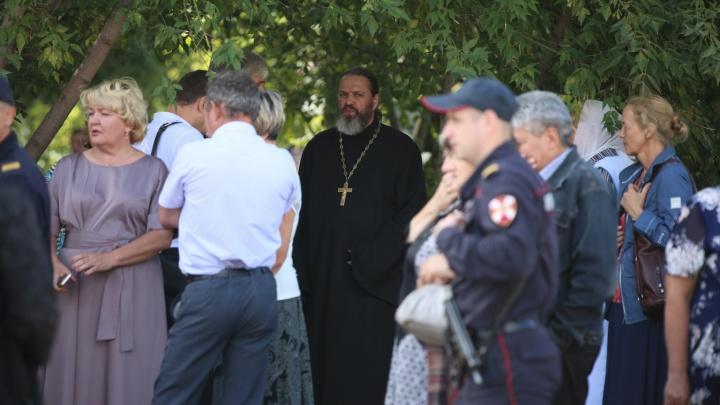 РПЦ отправила священника на место обрушения на Ударной