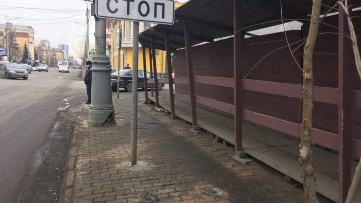 Разбитый указатель в центре Красноярска демонтировали после критики популярного фотографа