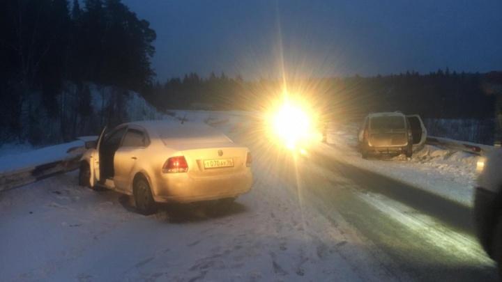 На свердловской трассе женщина за рулёмVolkswagen устроила лобовое ДТП, пострадал её маленький сын