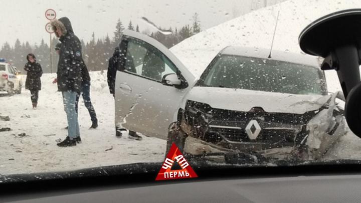 В массовой аварии на трассе в Прикамье пострадали три человека