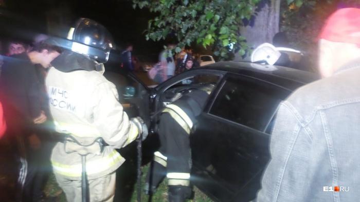 Из машины девушку доставали очевидцы, спасатели приехали уже позже