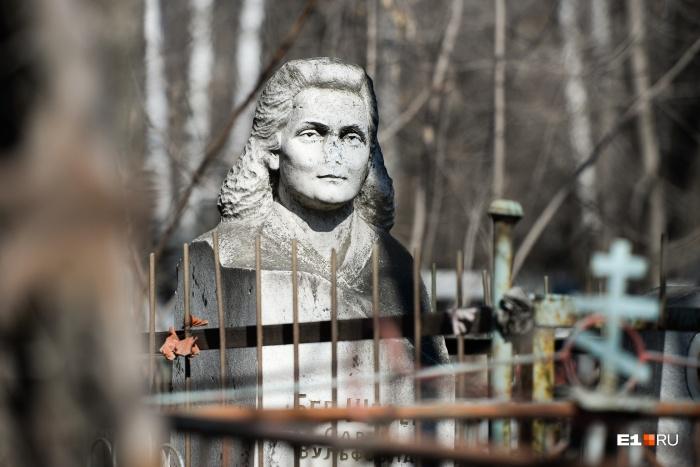 Восточное кладбище более современное, чем те, на которых мы были раньше