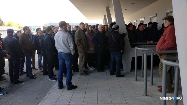 Болельщики «Енисея» снова выстроились в очереди за билетами во второй день и ушли ни с чем
