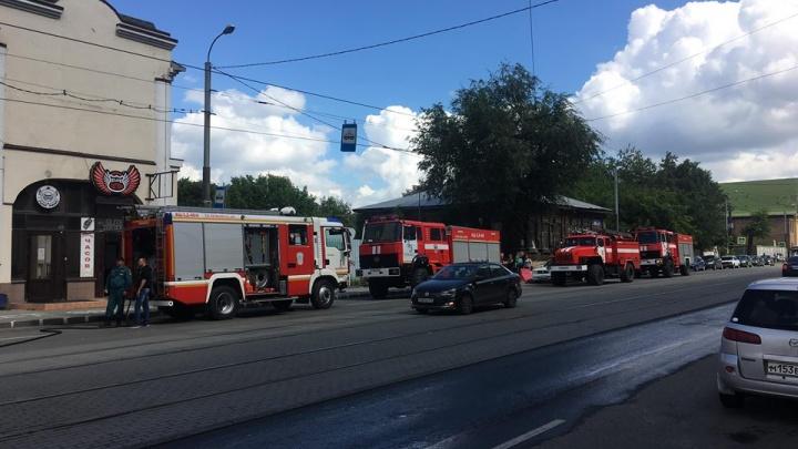 Чердак задымил: из здания в центре Челябинска из-за пожара эвакуировались 30 человек