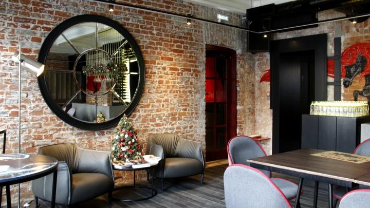 В особняке на Красном проспекте открылся бар с зелёным хумусом, поке с авокадо и Бабой-ягой на входе