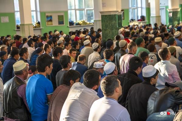 В главные исламские праздники в Соборную мечеть Самары стекаются тысячи мусульман