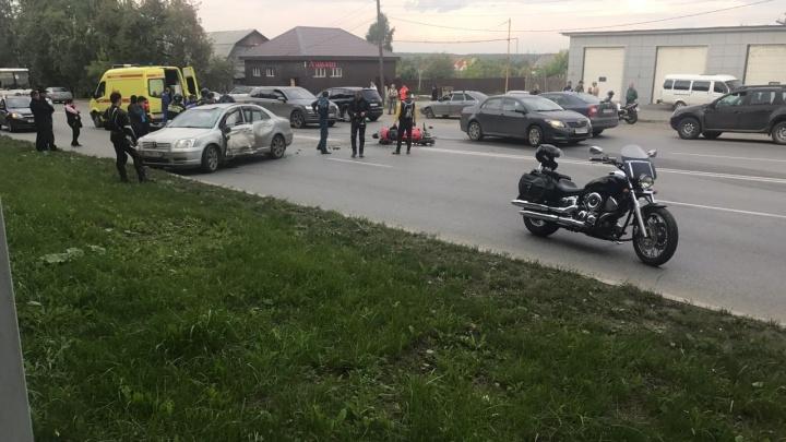 На проспекте Космонавтов после столкновения с легковушкой погиб мотоциклист