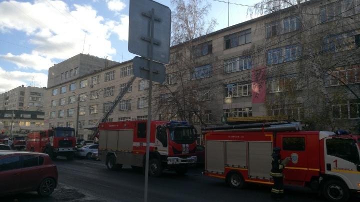 Работники офисного здания в центре Челябинска эвакуировались из-за пожара
