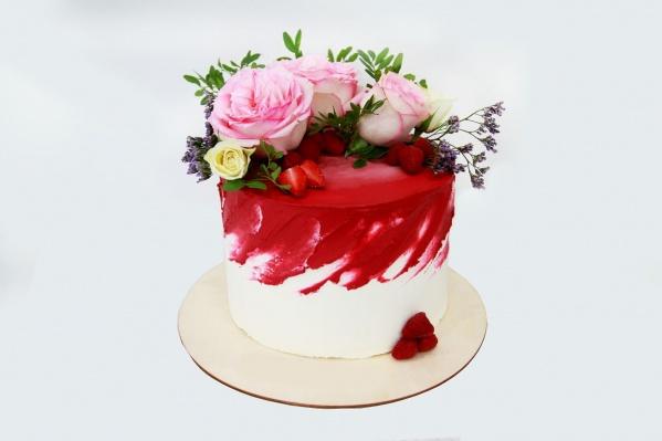 Каждый торт можно украсить на ваш вкус свежими цветами и ягодами