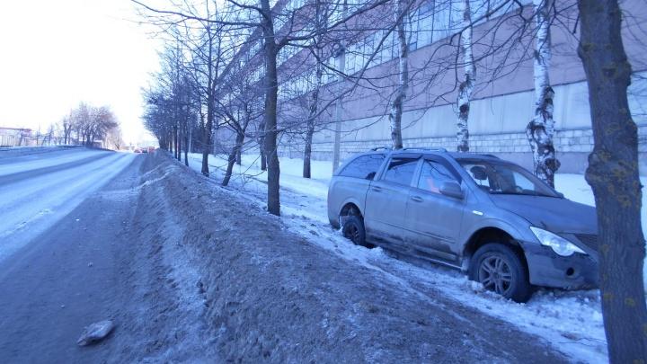 Вылетел с дороги и врезался в дерево: в аварии в Рыбинске пострадал двухлетний ребёнок