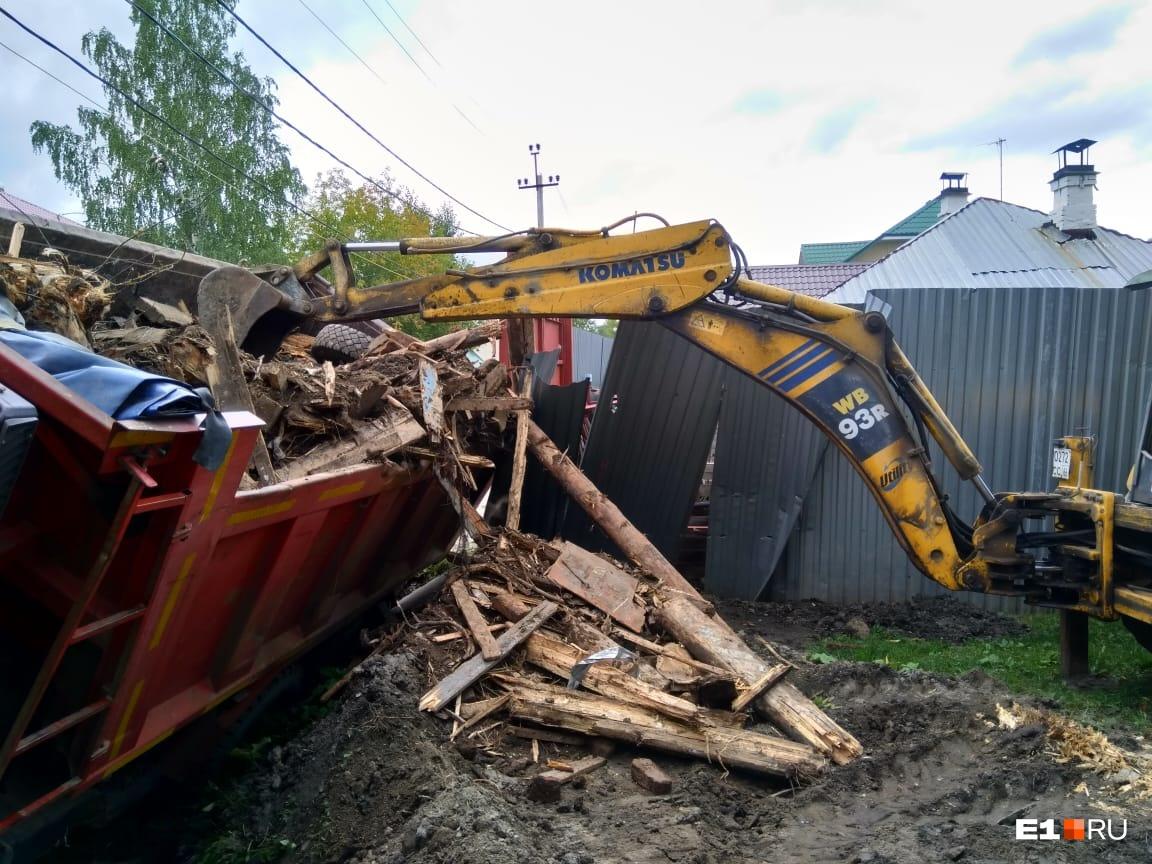 Грузовик вез остатки снесенного дома