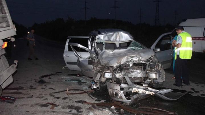 Двое погибших и один в розыске: челябинца, заехавшего на «Ладе» под автопоезд, отдали под суд