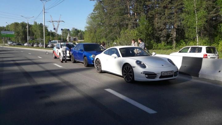 На Бердском шоссе в Новосибирске помяли очень дорогую машину
