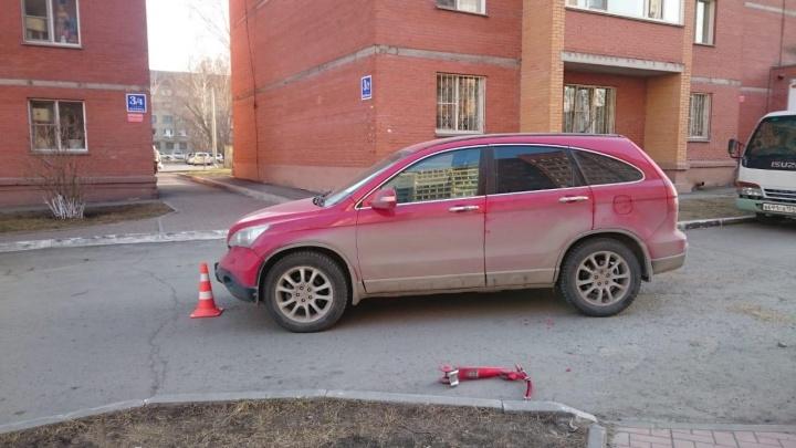 Красная «Хонда» сбила девочку на самокате во дворе на Первомайке