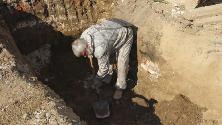 Археологи нашли на территории Ново-Тихвинского монастыря древний склеп с останками младенцев