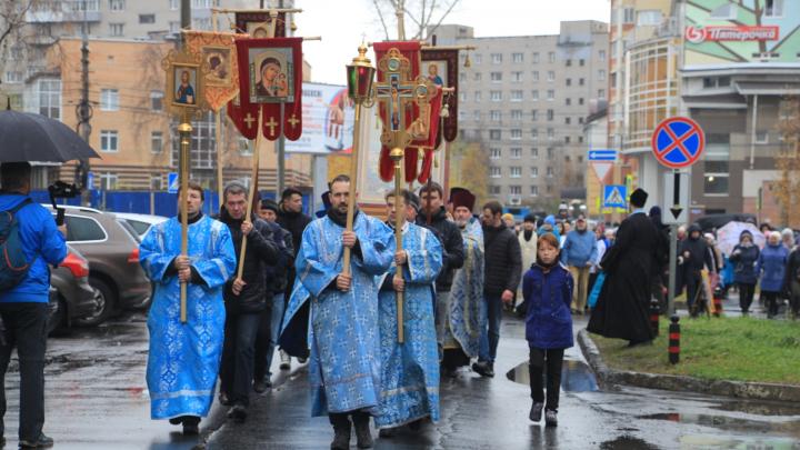 Священники, полиция и глава города: в Архангельске прошёл крестный ход к месту явления Богородицы
