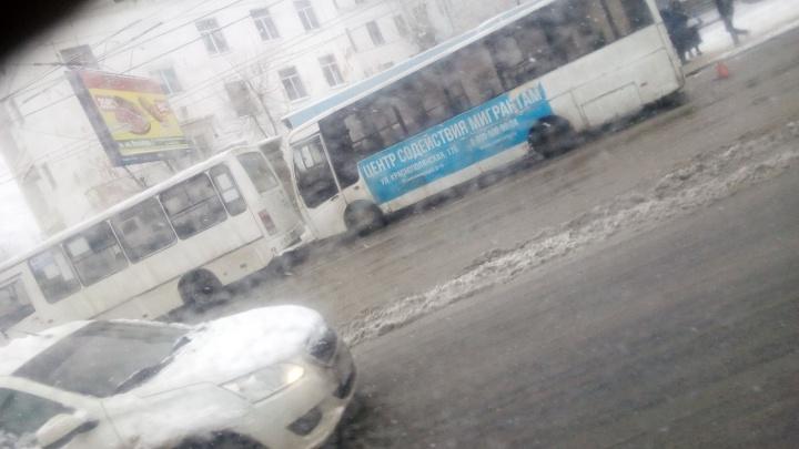 На севере Волгограда автобус дважды попал в ДТП с маршрутками