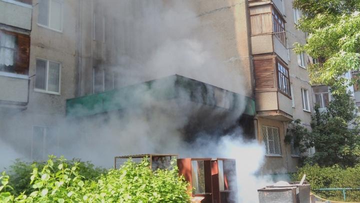 Возле уфимской многоэтажки горела выброшенная мебель