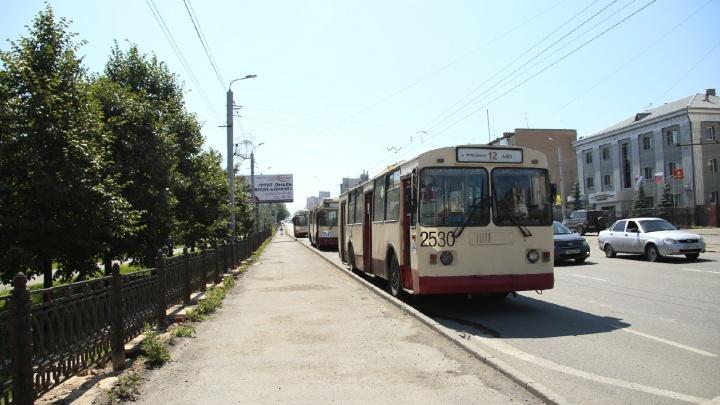 В центре Челябинска водитель КАМАЗа оборвал провода и парализовал движение электротранспорта
