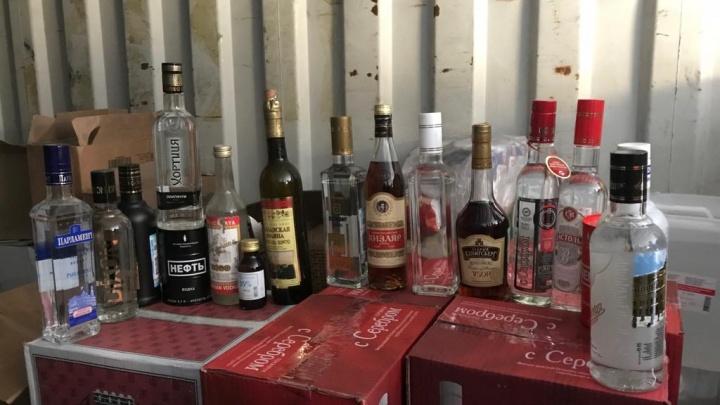 Полицейские нашли в гаражах рядом с КОРом тысячи бутылок подозрительного алкоголя