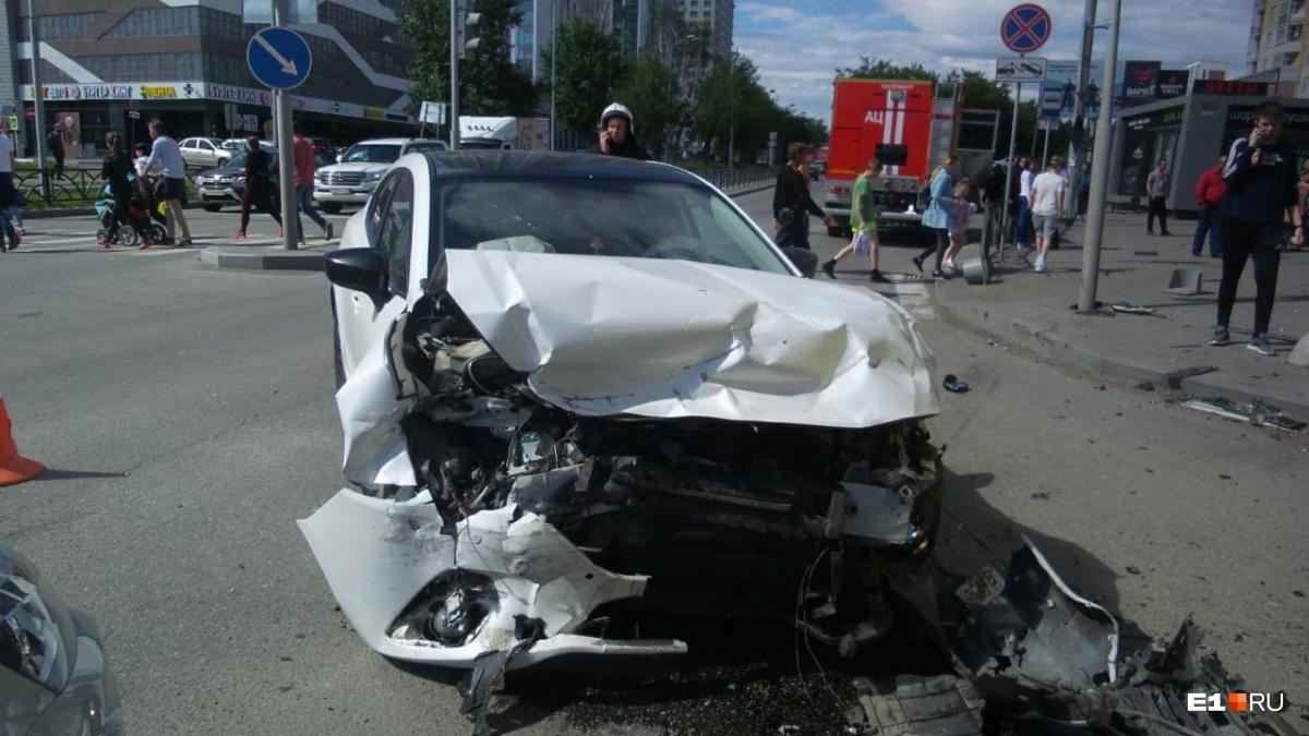 У Mazda удар пришелся на переднюю часть