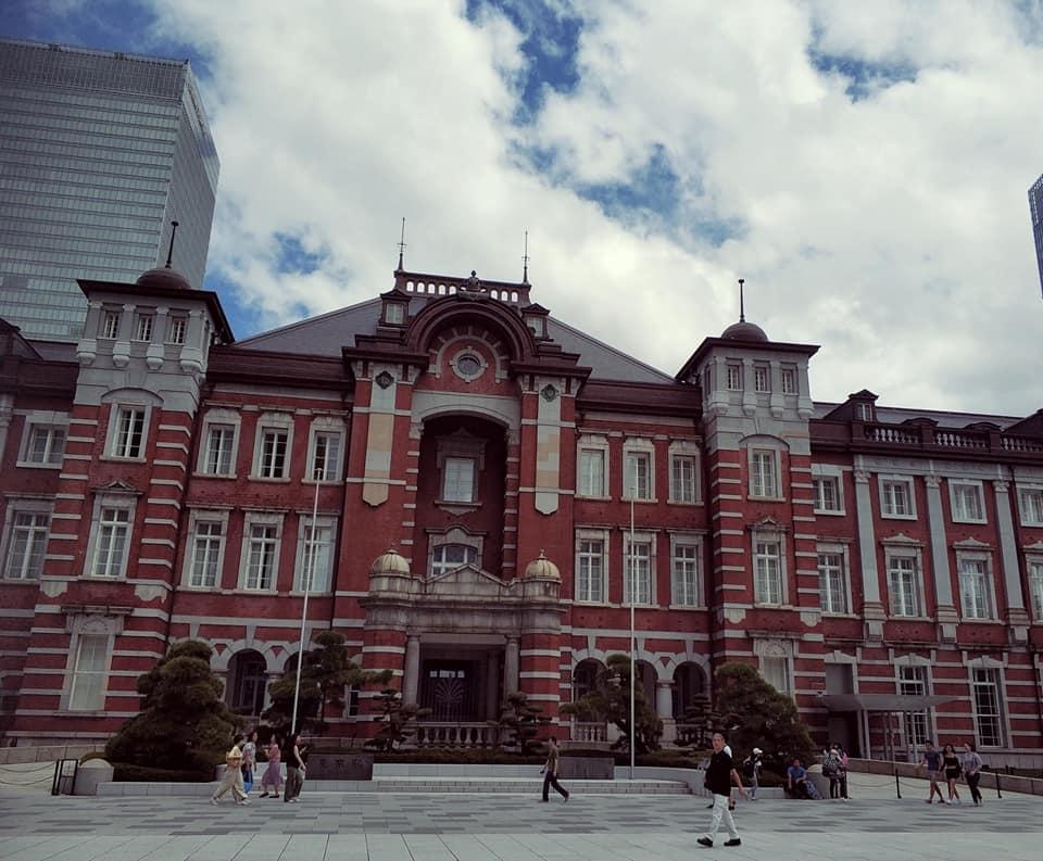 Вокзал в Токио недалеко от Императорского дворца. Он старый, но обслуживает до 500 тысяч пассажиров в день. Внутри вокзал современный. Причем на фото только один из десятка выходов из него