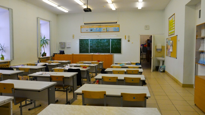 Екатеринбургские родители собирают подписи, чтобы школу, в которую набрали много детей, увеличили