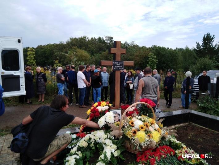 На могилу Фании Акрамовны возложили живые цветы. Искусственные, по просьбе сына, сложили по сторонам надгробия