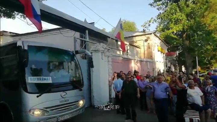 Девушка попала под колеса автобуса с призывниками в Каменске-Шахтинском