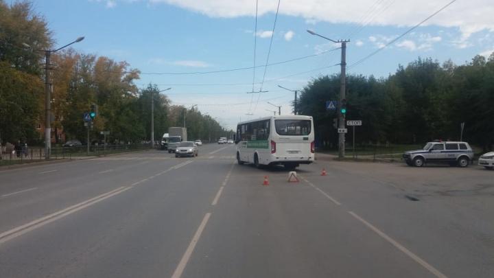 Полиция ищет водителя легковушки, который сбежал после ДТП с автобусом