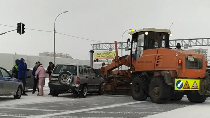 Машина столкнулась со снегоуборочной техникой на Советском шоссе — пострадала пассажирка