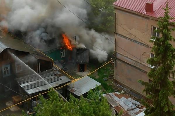 В любой момент огонь мог перекинуться на соседние жилые дома
