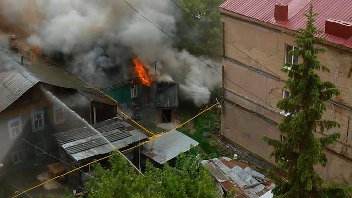 Пламя лизало крышу и провода: в пожаре на Ленинской погиб 77-летний мужчина