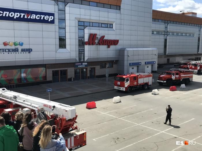 К месту ЧП выезжали около 20 единицпожарно-спасательной техники