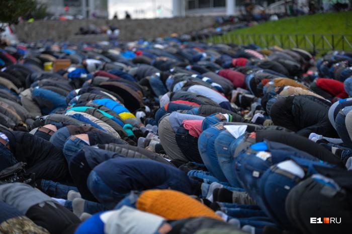 Так выглядит молитва у храма во время главных мусульманских праздников