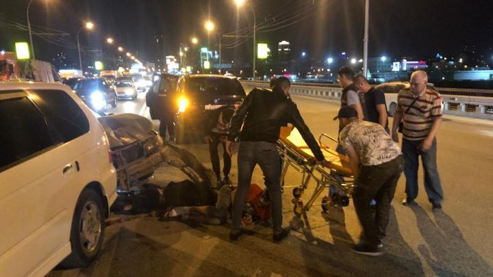 «Его раздавило между машинами»: очевидец рассказал подробности массового ДТП на Димитровском мосту