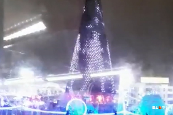 Жители Екатеринбурга посчитали, что танцующие женщины выглядят неуместно на главной елке города