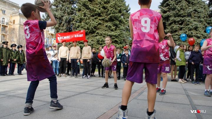 «Космос — наш!». Волгоградцы отметили День космонавтики красочным парадом по улице Мира и митингом