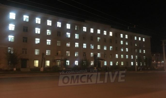 Студенты ОмГМУ зажгли в окнах своего общежития слово «Победа»