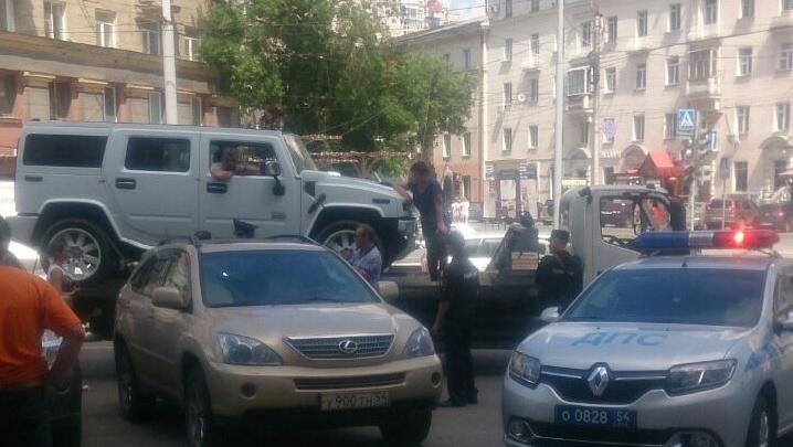 Полицейские взяли штурмом стоящий на эвакуаторе «Хаммер» с водителем