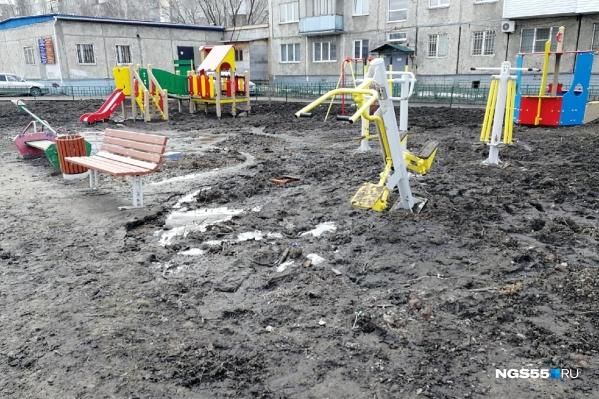 Новую детскую площадку монтировали зимой поверх сугробов