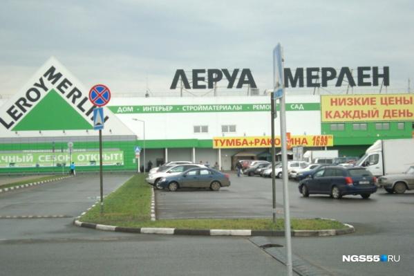 Посетительница одного из омских гипермаркетов хотела купить светильник, но попала в больницу