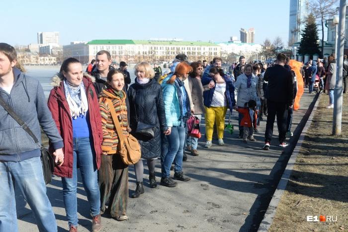 Поддержать сквер пришли три тысячи человек