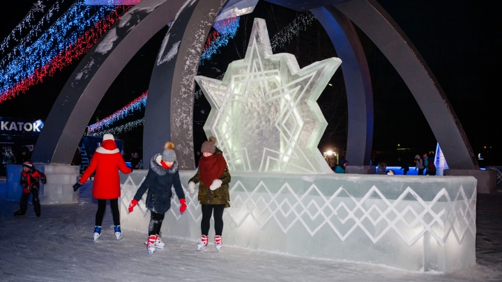 Ледяные звёзды, светодиоды и коньки: в Перми открыли каток под монументом «МИГ на взлёте»