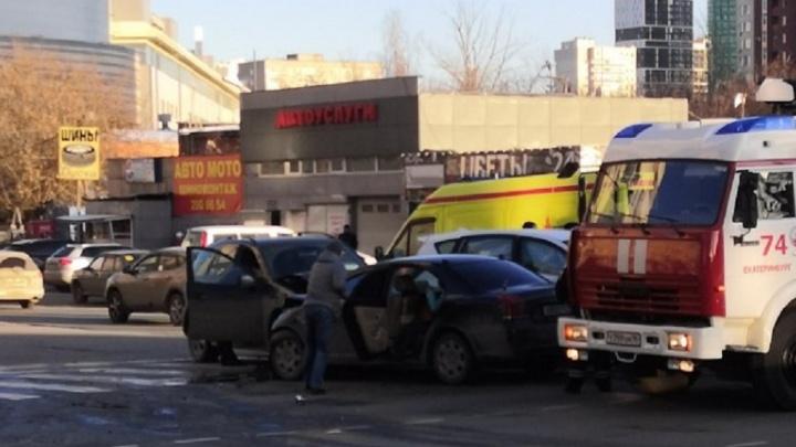 На Белинского из-за лихача, который поехал на красный, столкнулись три машины