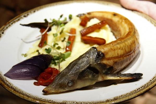 Самое дорогое блюдо в заведении — запечённая стерлядь — обойдётся в 700–750 рублей в зависимости от веса
