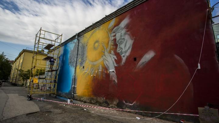 Художница за день расписала стену в центре города